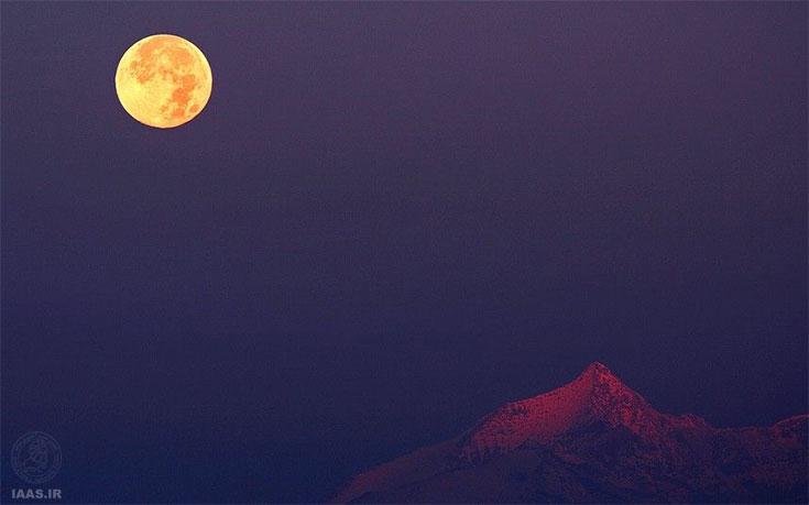 همزمانی غروب ماه در غرب با طلوع خورشید در شرق و روشنایی افق برفی آلپ در تصویر استفانو د روزا