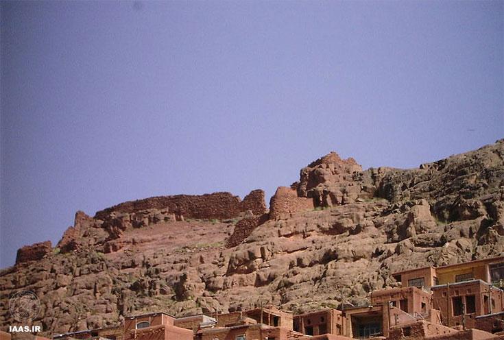 نمایی از قلعهٔ باستانی که اثراتی از آن برجا ماندهاست