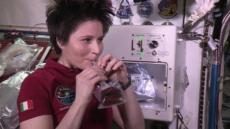 «سامانتا کریستوفورتی» هنگام نوشیدن قهوه در گرانش صفر