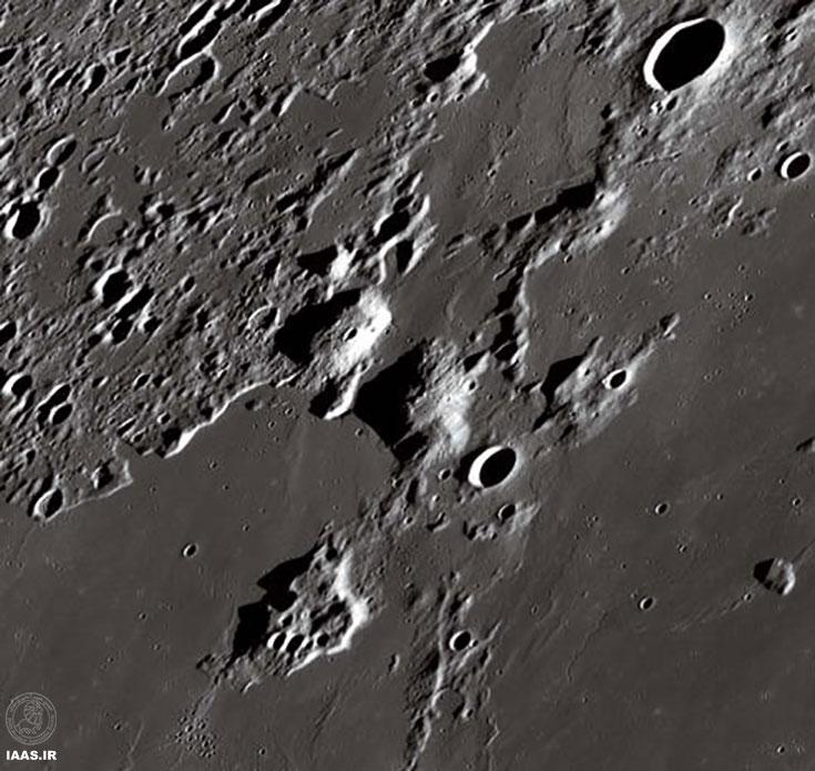 قله های آتشفشانی Mons Gruithuisen Gamma (سمت چپ، وسط)و Delta(سمت راست) از ناحیه پیرامون خود مرتفع تر هستند.