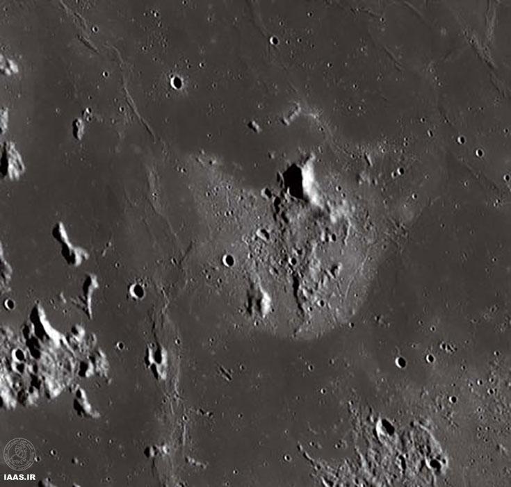 تقریبا در 8 درجه شرق Gassendi ویژگی عجیب قمری که به نام کلاهخود معروف است، قرار دارد. مانند سایر لکه های طیفی سرخ، کلاهخود از محیط پیرامون خود روشن تر و سطح آن نیز آبله گون تر است.