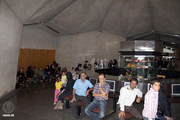 حضور شرکت کنندگان در لابی سالن قبل از شروع برنامه