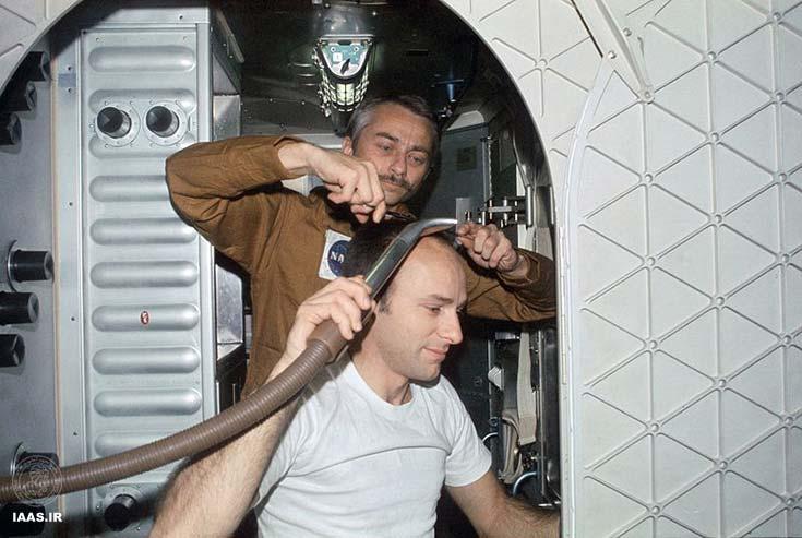 گارریوت در حال کوتاه کردن موهای بین