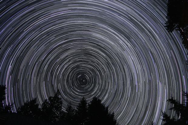 تصویری از آسمان شب در جزیرهی سالت اسپرینگ، کانادا - مدت زمان عکاسی ۱۵۰ دقیقه
