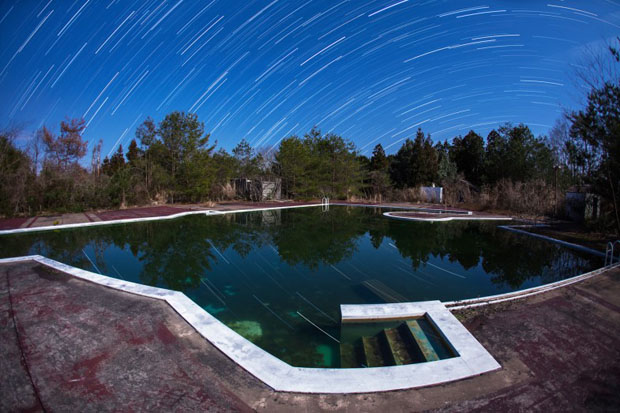 تصویر فوق یکی از تصاویر جالبی است که از آسمان شب گرفته شده است. هیچ رمز و رازی وجود ندارد. تنها نکته این است که باید شاتر دوربین برای مدت طولانی باز باشد و نور ستارگان را در لحظات مختلف ثبت کند.
