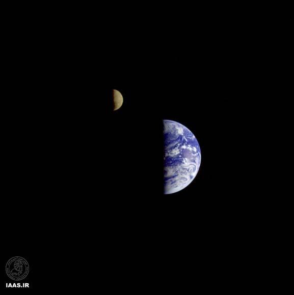 در 18 سپتامبر 1977 وویجر1 توانست سه تصویر از ماه و زمین باهم بگیرد که در این عکس ترکیب هر سه آنها باهم را میبینید. در این تصویر روشنایی ماه ساختگی است و برای بهتر دیده شدن آن است.