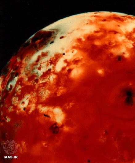 آتشفشان های دارای لک در سطح یو در این تصویر که توسط وویجر 1 گرفته شده است به وضوح قابل رویت هستند.
